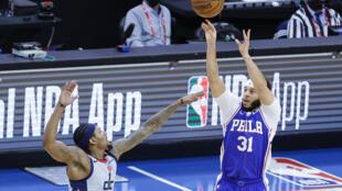 Seth Curry, escolta de los Philadelphia 76ers, lanza a canasta en el juego del miércoles ante los Washington Wizards.