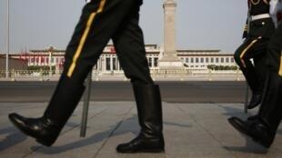 La garde d'honneur chinoise marche devant le Monument aux Héros du Peuple, sur lz place Tiananmen, à Pékin, le 3 uin 2014.