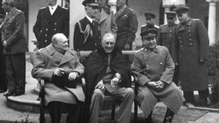 De izquierda a derecha, Churchill, Rossevelt y Stalin.