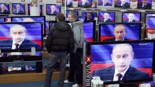 Vladimir Putin không ngừng phát biểu về tình hình Ukraina - REUTERS /Denis Sinyakov