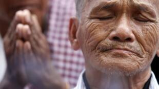 Bou Meng, un survivant du régime khmer rouge, pleure sur le site de Choeung Ek «Killing Fields» (champs de la mort),  à la périphérie de Phnom Penh, le 25 juin 2011.