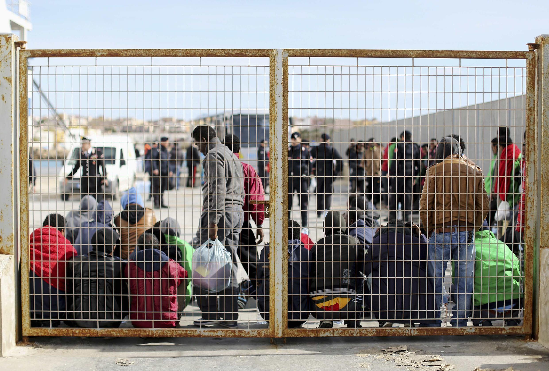 Traslado de migrantes hacia un centro de recepción de inmigrantes en el sur de Lampedusa, el 20 de febrero de 2015.