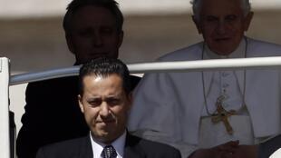 A la izquierda, Paolo Gabriele, mayordomo del Papa Benedicto XVI en la plaza San Pedro de Roma, 23 de mayo del 2012.