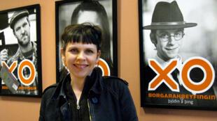 La députée islandaise Birgitta Jonsdottir du Mouvement des citoyens qui a pu entrer au Parlement, grâce à la révolution des casseroles.