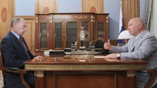 Le Premier ministre russe, Vladimir Poutine (g) s'entretenant avec le maire de Moscou, Iouri Loujkov (d), à Moscou, le 10 août 2010.