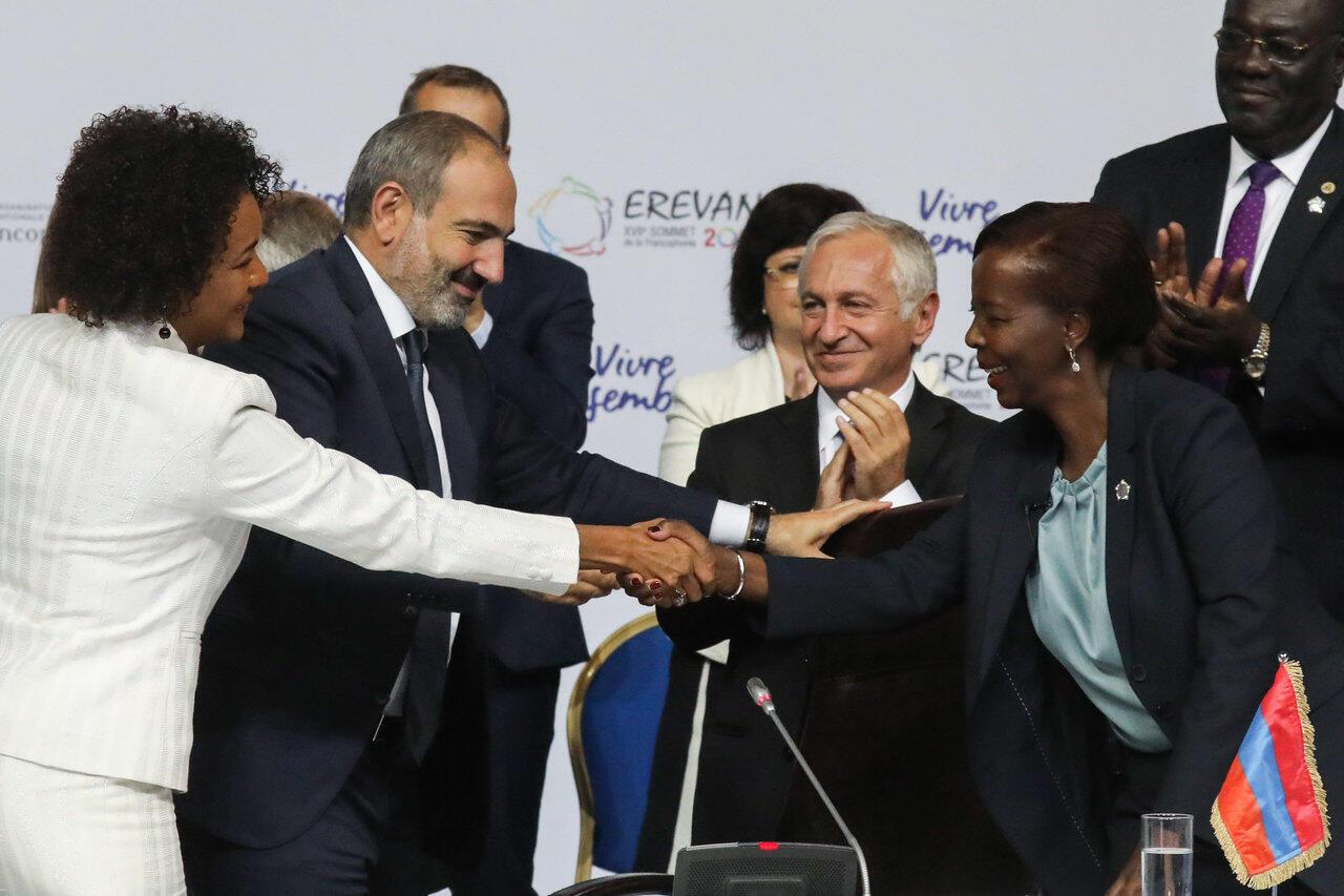 A gauche, l'ancienne secrétaire générale de la Francophonie, la Canadienne Michaëlle Jean. A droite, la nouvelle: la Rwandaise Louise Mushikiwabo. Erevan, le 12 octobre 2018.