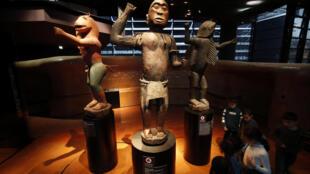 Grandes statuettes royales du Dahomey au musée du Quai Branly à Paris. (Image d'illustration)