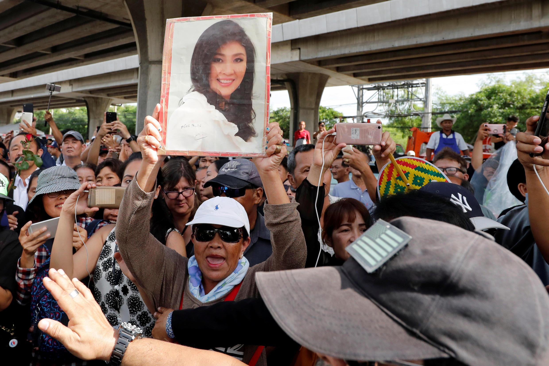 Những người ủng hộ cựu thủ tướng Thái Yingluck Shinawatra tập họp trước Tòa Án Tối Cao tại Bangkok, ngày 25/08/2017.
