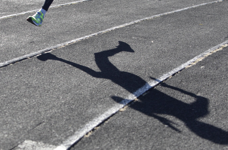 Atleta treina em uma pista de Stavropol, na Rússia.