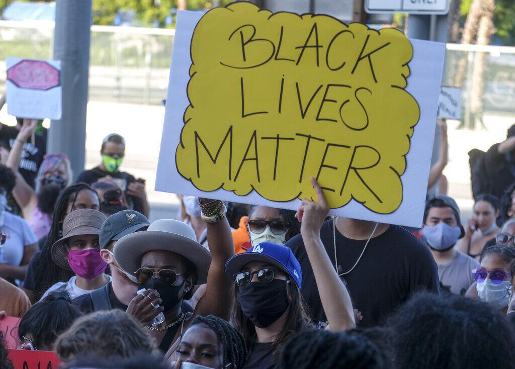 Centenas de pessoas permaneceram nas ruas de Minneapolis na noite de quarta-feira, em protesto contra a morte do afroamericano George Floyd.