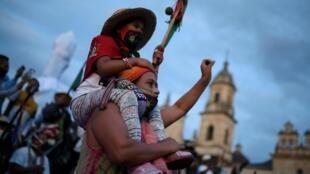 """La """"minga"""", la marche des Indiens est arrivée à Bogota, pour porter leurs revendications et ils ont organisé un procès du président Duque lundi 19 octobre 2020."""