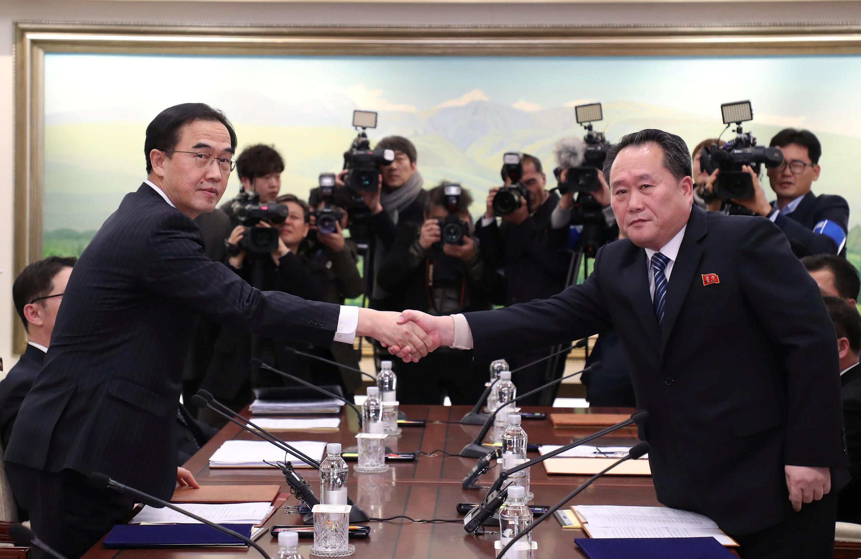 Los jefes de las delegaciones intercoréennes. Izquierda: el surcoreano Cho Myoung-gyon. Derecha: Ri Son-gwon norcoreano. Panmunjom, este 9 de Enero del 2018.