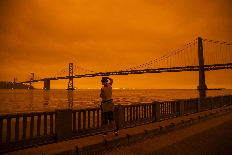 Le célèbre pont de San Francisco sous le ciel orangé causé par les incendies, le 9 septembre 2020.