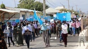 Tawagar bangaren adawar Somalia yayin wani gangaminsu a birnin Mogadishu da nufin tirsasawa gwamnati gudanar da zaben kasar.