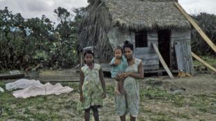 Familia Miskito cerca al río Prinzapolka, Nicaragua
