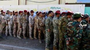Os militares iraquianos, aqui em Bagdad, foram os primeiros a votar, ontem no dia 10 de Maio.