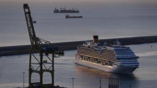 Un bateau de croisière accoste le port de Barcelone.