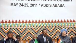 De g. à d. : Jean Ping, le président de la Commission de l'Union africaine, Teodoro Obiang Nguema, le président guinéen et Manmohan Singh, le Premier ministre indien à Addis Abeba, le 24 mai 2011.