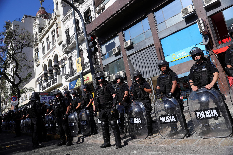 A polícia de choque monta guarda durante um protesto contra a cúpula do G20, em Buenos Aires, Argentina, em 28 de novembro de 2018.