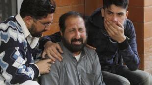 Familiares choram a morte das crianças diante da escola.