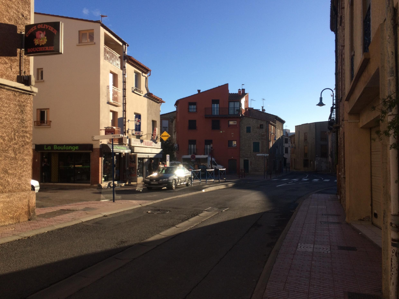 La grand-rue de Millas, quasiment déserte ce lundi 15 janvier en matinée.