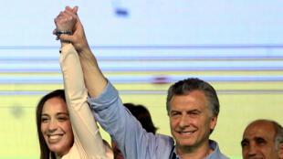 Le président argentin Mauricio Macri et la gouverneure de Buenos Aires Maria Eugenia Vidal célèbrent la victoire de leur parti, le 22 octobre 2017.