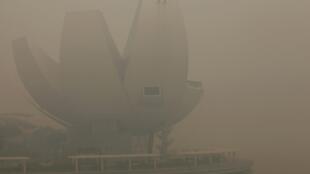 Fachada do ArtScience Museum em Cingapura coberta por uma névoa de poluição.