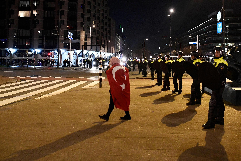 Des heurts violents opposant manifestants d'origine turque et policiers ont eu lieu, ce 11 mars au soir à Rotterdam.