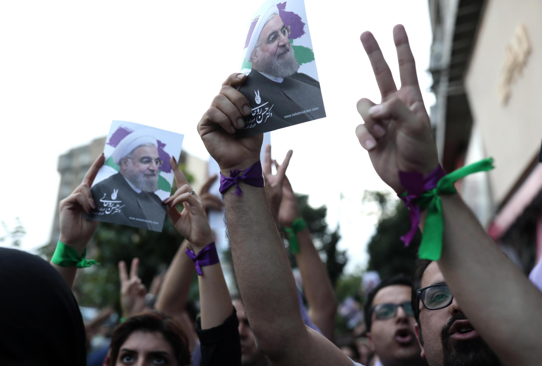 Des sympathisants de Hassan Rohani fêtent sa victoire à l'élection présidentielle à Téhéran, le 20 mai.