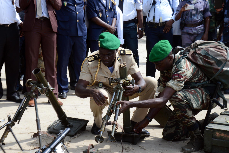 Au Gabon, une cache d'armes vient d'être découverte dans une petite île non habitée au nord de Libreville, le 22 avril 2015.