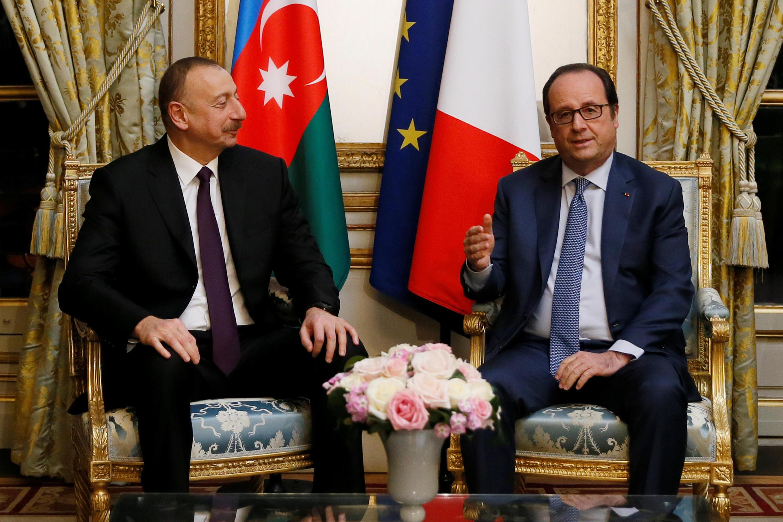 Ильхам Алиев (слева) и Франсуа Олланд в Елисейском дворце, 14 марта 2017.
