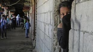 Une réfugiée syrienne, vivant à Sidon, au sud du Liban, couvre son visage, le 17 mars 2020.
