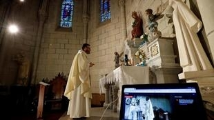 Priest celebrates virtual mass 25th Mar 2020