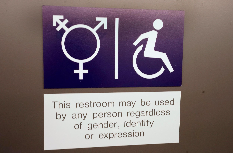 """Sinalização de banheiro de """"gênero neutro"""" no Fórum Econômico Mundial, em Davos, em 26 de janeiro de 2018."""