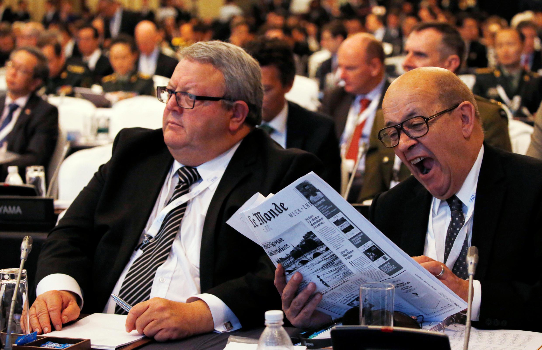 Bộ trưởng Quốc phòng New Zealand Gerry Brownlee (T) bên cạnh đồng nhiệm Pháp Jean-Yves Le Drian, tại Hội nghị Shangri-La, Singapore. Ảnh ngày 04/06/2016.