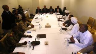 Les représentants du conseil militaire soudanais et du mouvement de protestation Alliance pour la liberté et le changement lors d'une rencontre au Corinthia Hotel à Khartoum le 3 juillet 2019 (image d'illustration).