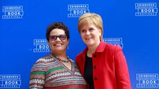 Jackie Kay (G) et la Première ministre Nicola Sturgeon (D) lors du festival du livre d'Edimbourg, en août 2016.