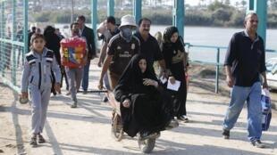 Foto de arquivo mostra famílias fugindo de Ramadi em direção a Bagdá no final de novembro