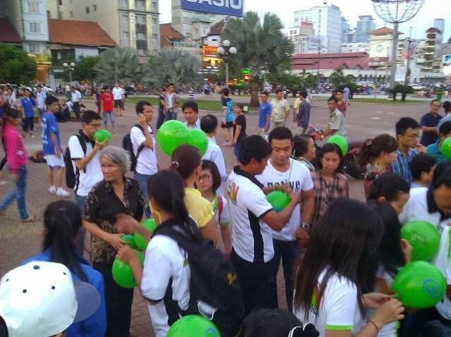 Thả bóng và phát tài liệu về nhân quyền, dân chủ tại TP Hồ Chí Minh, Việt Nam, 08/12/2013 (ảnh: tuyenbo258.blogspot.fr)