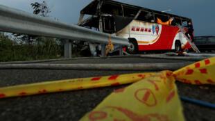 中国辽宁团观光客台湾环岛行游览车起火烧死全车26人,台湾检警人员拉警戒围栏工作。2016年7月19日 台湾国道