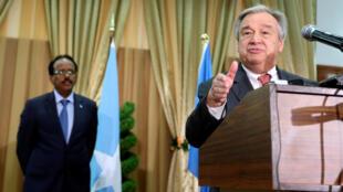Le secrétaire général de l'ONU António Guterres après sa réunion avec le président somalien Mohamed Abdullahi Mohamed, à Mogadiscio, le 7 mars 2017.