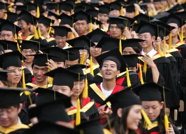 Etudiants de l'Université Jiaotong de Shanghai lors de la cérémonie de remise des diplômes.