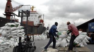 Un chargement de marchandises sur le port d'Abidjan.