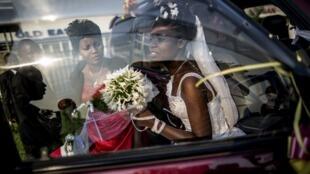 Séance de photos pour une jeune mariée à Bujumbura, le 27 juin 2015.