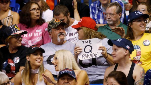 A letra Q tem sido vista nas mãos de apoiadores de Trump em diversos eventos. Na foto, o público durante um discurso do presidente na Pensilvânia.