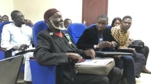 Diomaye Sène, au premier rang, assiste aux cours de l'Institut des droits de l'homme et de la paix à Dakar mais ne peut être régulièrement inscrit.