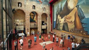 Cripta no Teatro-Museu Dali onde ficam os restos mortais do artista.