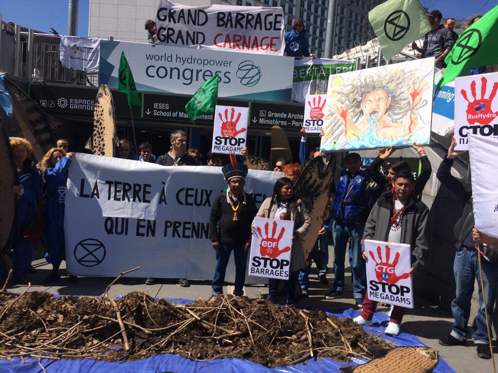 Devant le Congrès de l'Hydroélectricité de Paris, des manifestants d'Extinction Rébellion, de Planète Amazone et de la société civile latino-américaine alertait sur les impacts environnementaux des barrages hydroélectriques.