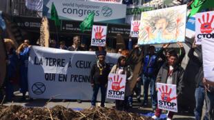 Devant le Congrès de l'Hydroélectricité de Paris, des manifestants d'Extinction Rébellion, de Planète Amazone et de la société civile latino-américaine alertaient sur les impacts environnementaux des barrages hydroélectriques.