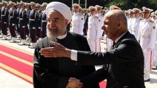 Marais wa Iran Hassan Rohani (kushoto) na Ashraf Ghani wa Afghanistan wakati rais wa Afghanistan alipowasili Tehran, Aprili 19 mwaka 2015.